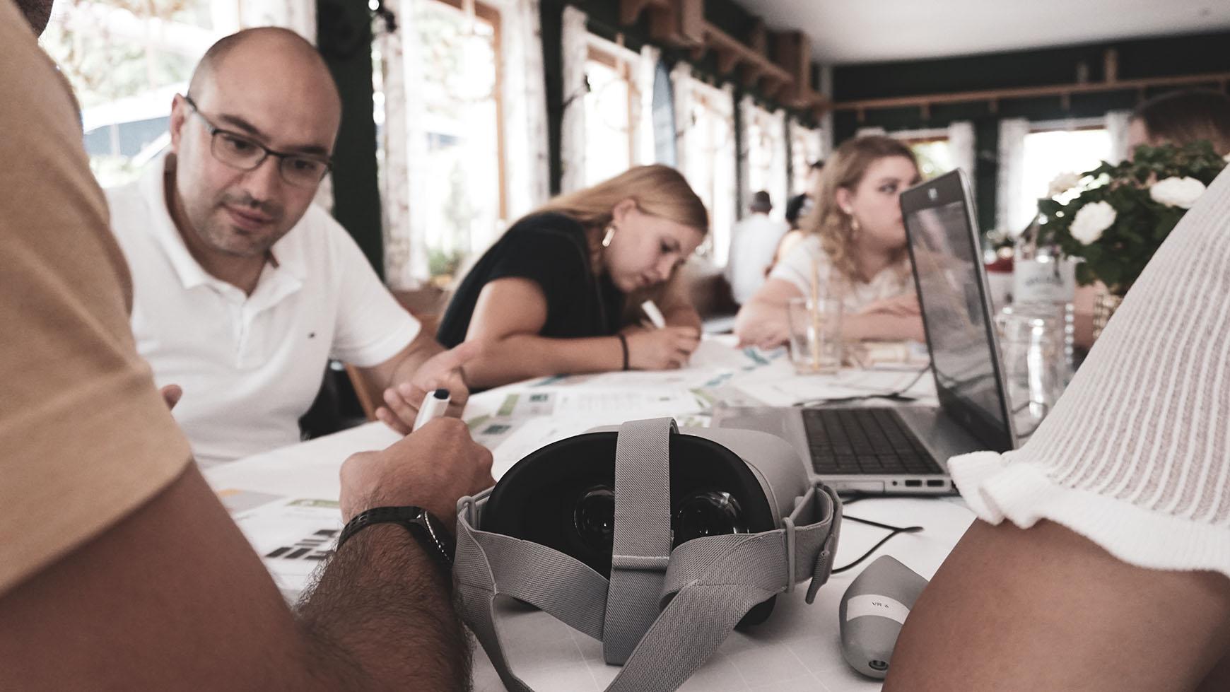 EDAG employee in a meeting regarding VR glasses