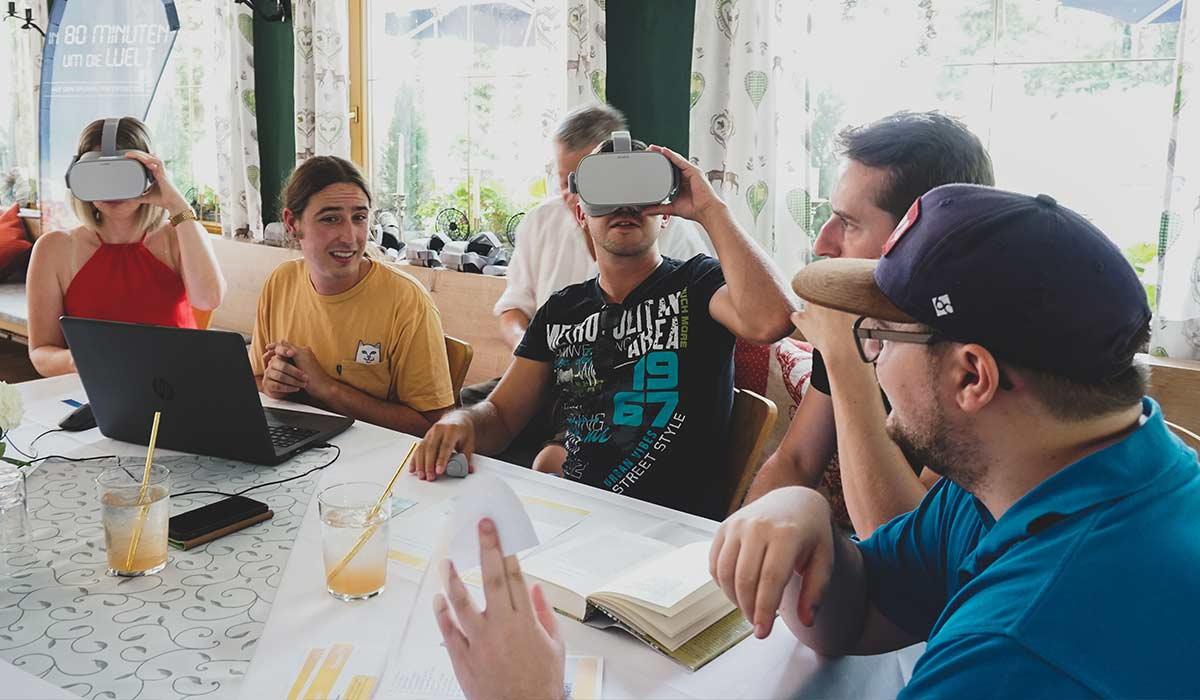 Mitarbeiter testen VR-Brille